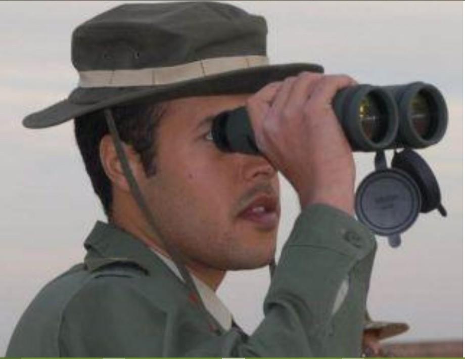 Khamis w binoculars