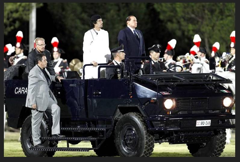 Silvio Berlusconi et le leader libyen regardent un spectacle équestre à l'école Tor Di Quinto à Rome