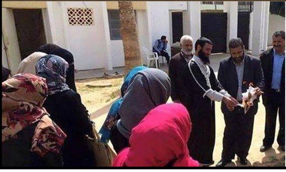 Group of the 'Faculty of Education Qasr bin Ghashir' set fire to the WAHABI MB methods of the Arabic language Books of their dependent approach of 'carp Belhaj'
