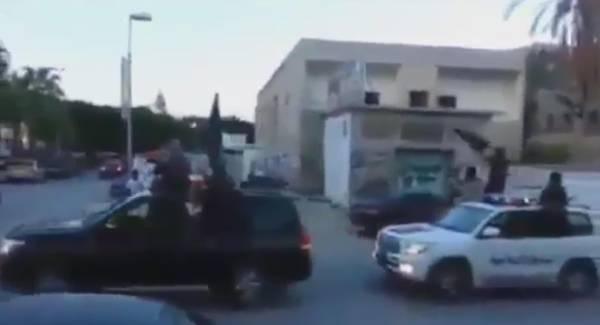 I miliziani di Ansar al Sharia sfilano a Derna a bordo dei pickup armati sventolando le bandiere dell'Isis e inneggiando ad al Baghdadi in un fermo immagine tratto da un video, 7 ottobre 2014. ANSA/ YOUTBE ++HO - NO SALES EDITORIAL USE ONLY++